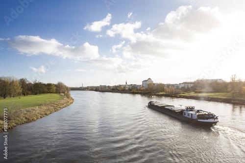 Fotografia  Binnenschiff auf der Elbe bei Magdeburg