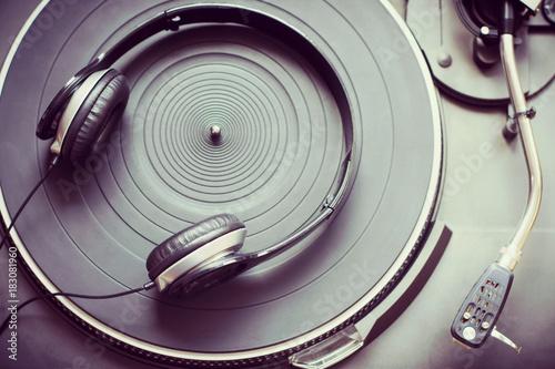 sluchawki-na-gramofonie