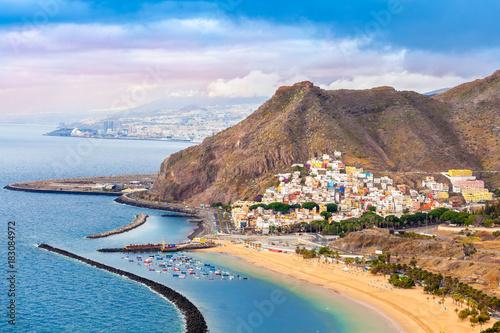 Photo Aerial view over Las Teresitas beach and Santa Cruz city in summer holiday, Tene
