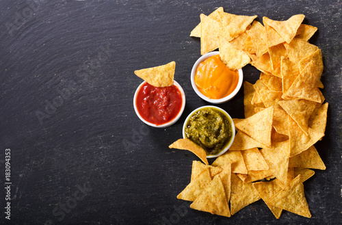 Fotografía  mexican nachos corn chips with guacamole, salsa and cheese dip