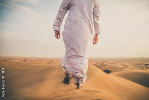 Photo Arabic man in the desert