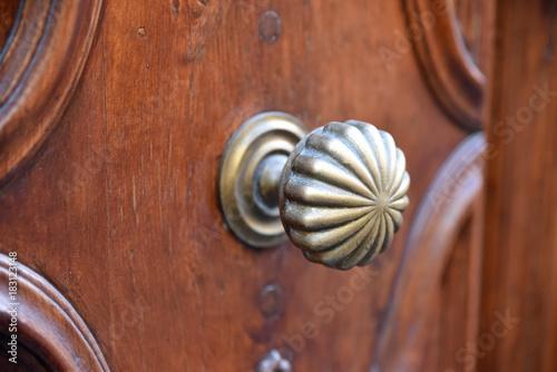 Fotografie, Obraz  Poignée de porte laiton sur bois mouluré