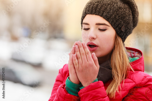 Photo  Woman during winter warming up her hands