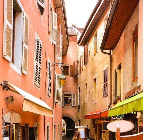 Plakat Miasto Annecy. Średniowieczne zabytkowe domy w wąskiej uliczce w zabytkowej i turystycznej miejscowości Annecy we Francji.