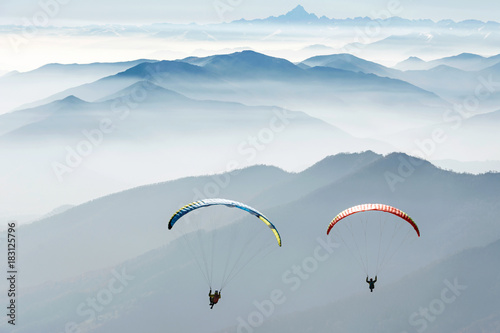 Poster de jardin Aerien paragliding on the mountains