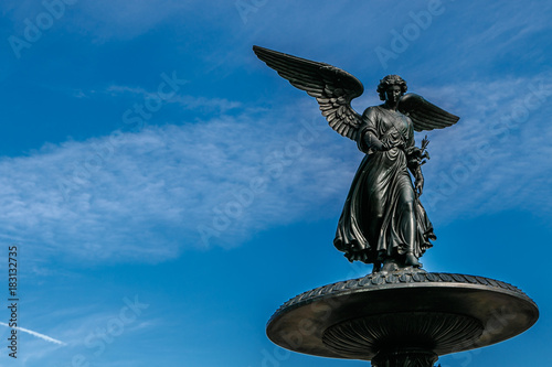 Photo  Angel of the Waters statue at the top of Bethesda fountain in Central Park, NYC