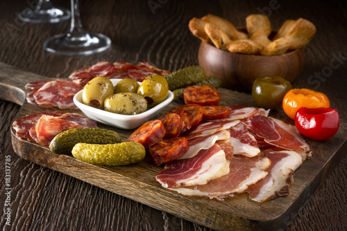 Photo sur Aluminium Assortiment Charcuterie Board Platter