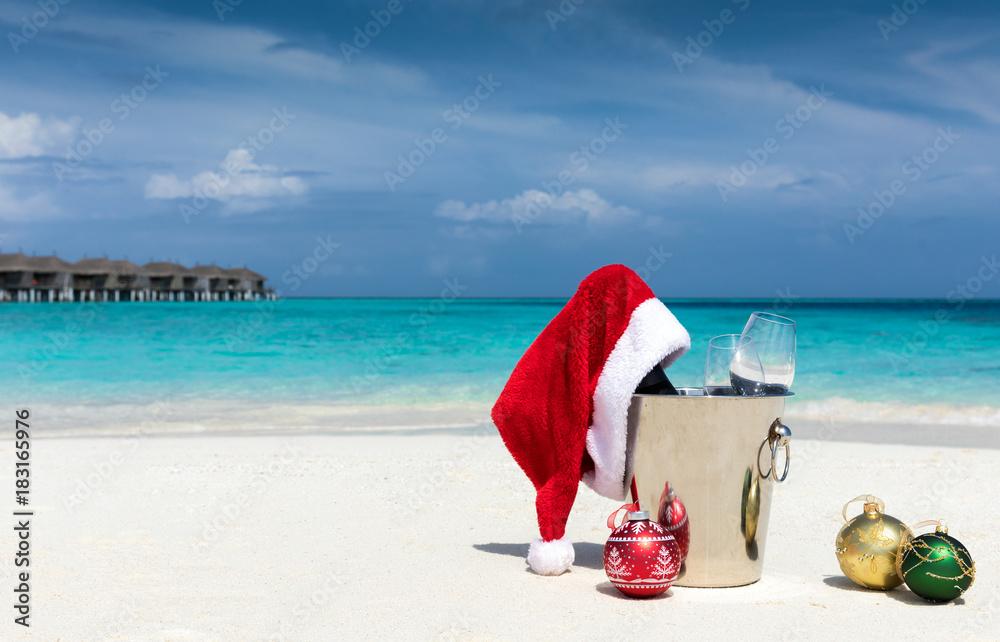 Christbaumkugeln Gelb.Sekt Kübel Mit Weihnachtsmütze Und Christbaumkugeln Am Tropischen
