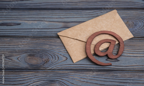 Fotografía An e-mail symbol on a vintage mail envelope