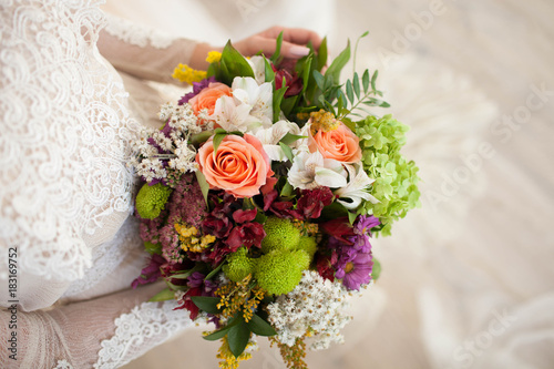 In de dag Bloemen beautiful wedding bouquet with roses in bride's hands.