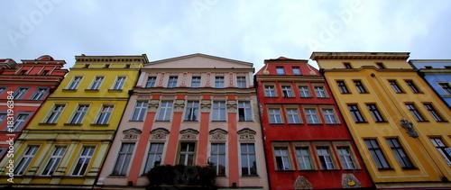 Fototapeta Piękne fasady kamienic starego miasta na Świdnickim rynku - centrum polskiego miasta obraz