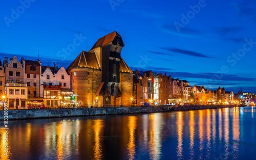 Danzig – Hafen mit Krantor bei Nacht; Polen