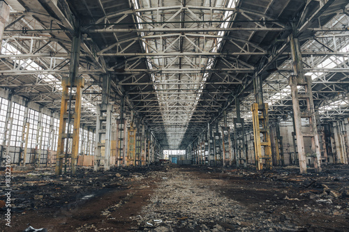 Papiers peints Les vieux bâtiments abandonnés Old dirty broken ruined abandoned building or warehouse, ruins of industrial factory