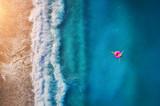 Widok z lotu ptaka młodej kobiety dopłynięcie w morzu - 183253905