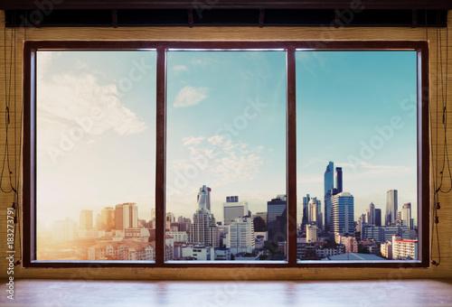 Patrzeć przez okno w ranku, Bangkok miasta widok w wschodzie słońca