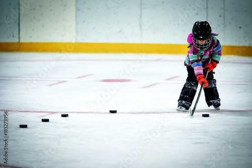Photo  A kindergarten aged little girl in ski pants and winter jacket and helmet lining