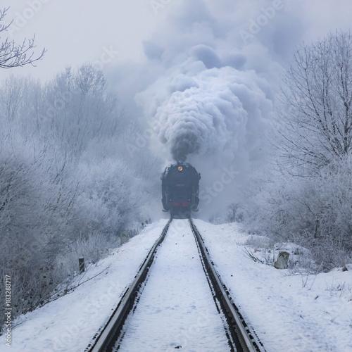 Foto  steam locomotive in action at winter