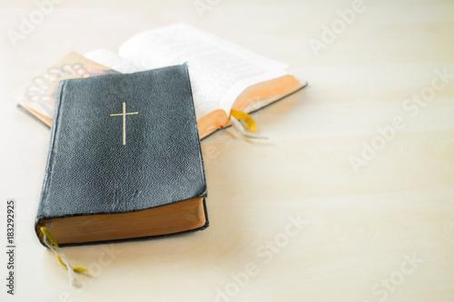 Zwei Gesangsbücher auf einem Holztisch in der Kirche Slika na platnu