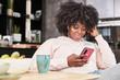canvas print picture - Junge afrikanische Frau hört Musik mit Smartphone