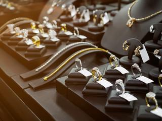 Sklep z diamentami w złotej biżuterii z oknami i naszyjnikami na wystawie w luksusowym sklepie