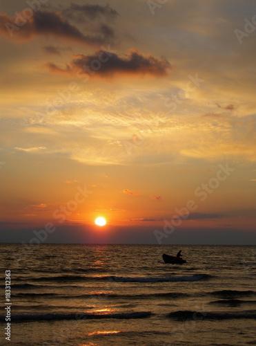In de dag Ochtendgloren barca sul mare al tramonto,pescatore tra le onde