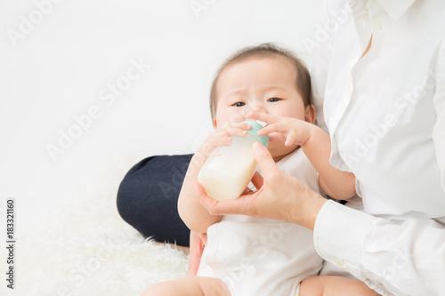 Valokuva  哺乳瓶でミルクを飲む赤ちゃん