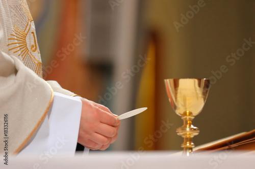 Cuadros en Lienzo Priest celebrate mass at the church