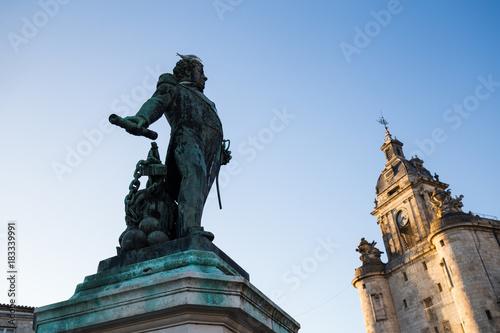 statue Duperré a la rochelle en face de la grosse horloge. Fototapet