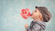 kleiner Junge mit Herz-Lollipop