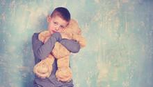 Trauriger Junge Mit Kuschelteddy
