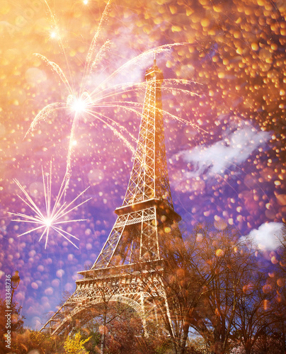 Photo Stands Eiffel Tower celebrating New Year in the city - Eiffel tower (Paris, France) with fireworks