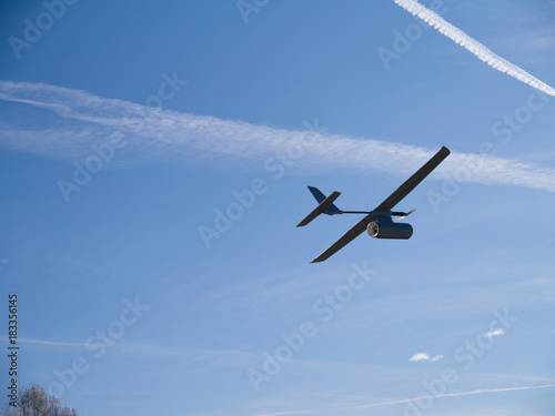 Photo  drone airplane, low altitude passage, sunny sky with clouds