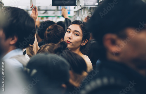 Photo Beautiful japanese woman in the metro station
