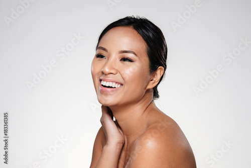 Photo  Side view of beautiful smiling asian lady looking aside isolated
