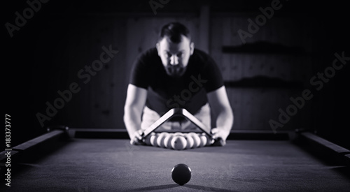 Fotografia A man with a beard plays a big billiard. Party in a 12-foot pool