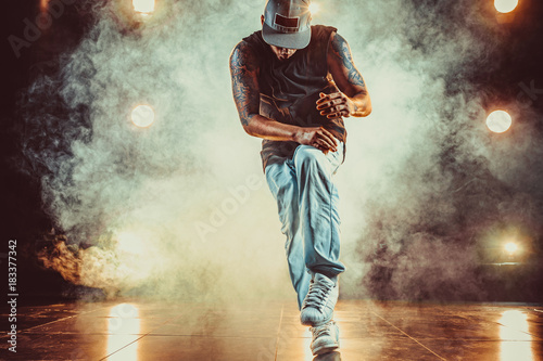 Photo Young man break dancer