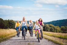 Familie Fährt Fahrrad Auf Dem...