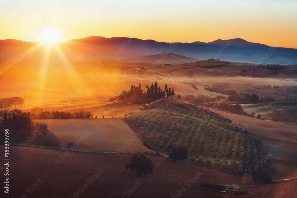 Fototapety, obrazy: Toskania, panoramiczny krajobraz ze słynnymi wiejskimi wzgórzami i dolinami w pięknym złotym świetle poranka o wschodzie słońca w lecie, Val d'Orcia, Włochy