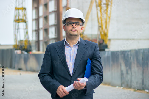 Photo  Portrait of an handsome engineer boss in helmet