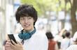 スマホを見て微笑む男性 東京 原宿 表参道
