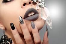 Чёрно серый маникюр и макияж со стразами и украшением.