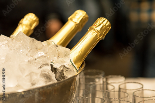 Montage in der Fensternische Bar Champagne in bucket with ice.