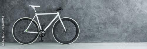 Papel de parede  White bicycle against concrete wall