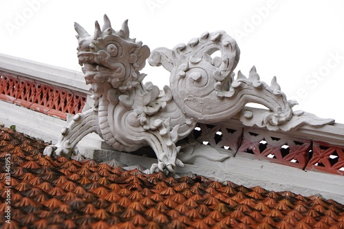 Photo  Dragon guardian sculpture atop an ancient Buddhist temple in Hanoi Vietnam