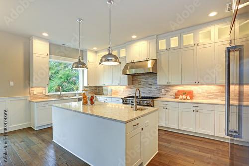 Luxury White Kitchen With Large Kitchen Island Kaufen Sie
