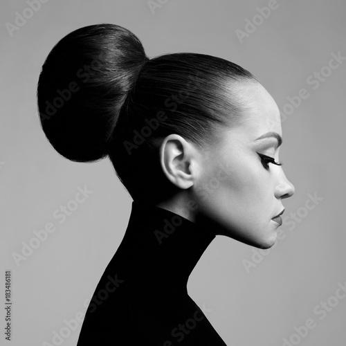 Photo  Beautiful elegant woman in black turtleneck