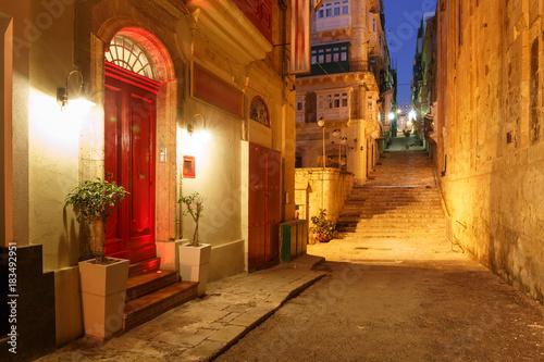 klasyczna-uliczka-noca-z-latarniami