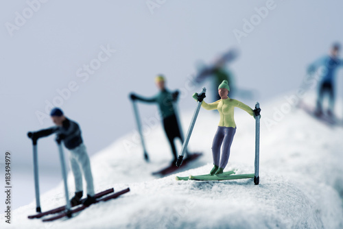Fotomural miniature skiers in a snowy landscape