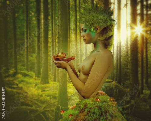 Fotografía Beauty nymph with snail in his hands with natural backgrounds