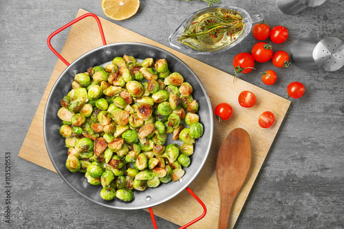 Photo Stands Brussels Frying pan with roasted brussel sprouts on table